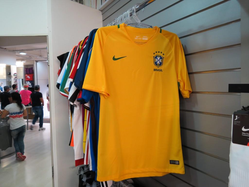 368b59d6568f0 Má fase da seleção brasileira reflete em desempenho ruim na venda de camisas  em Brusque