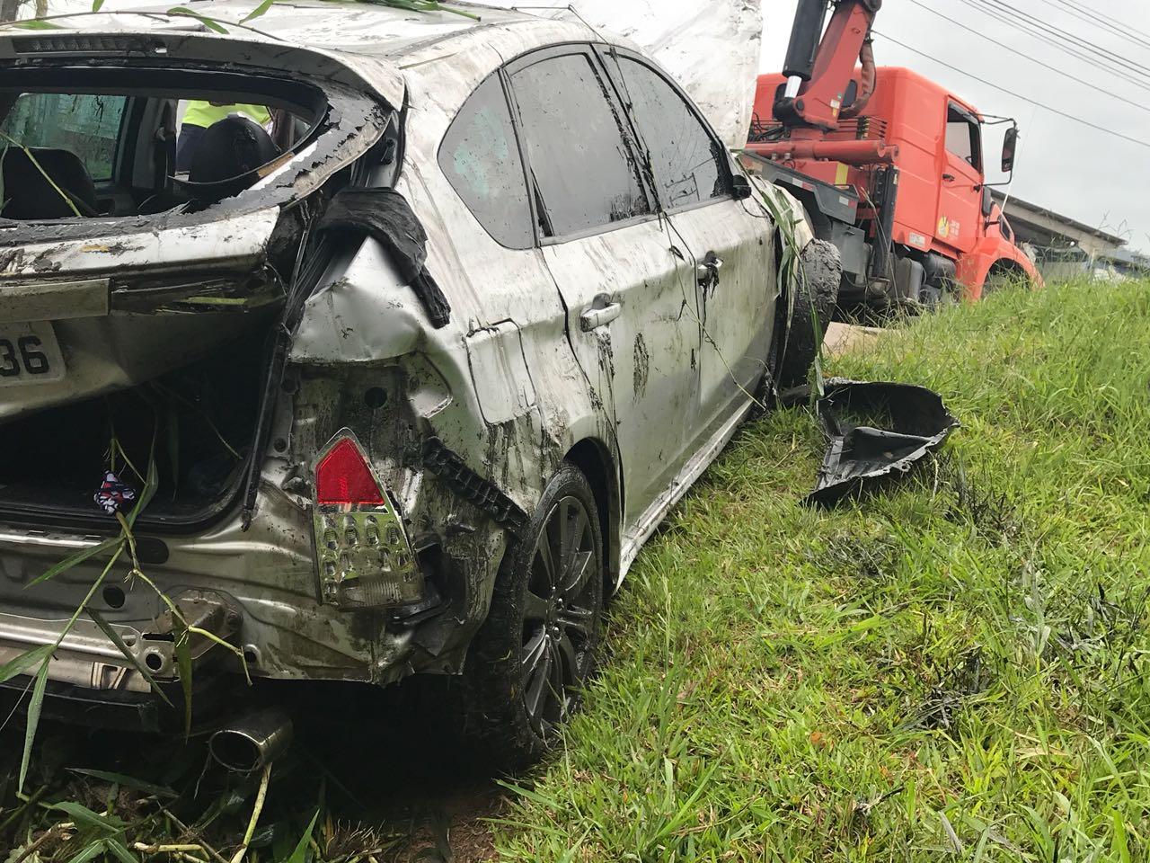 Acidente com carro de Brusque deixa três mortos na BR-101