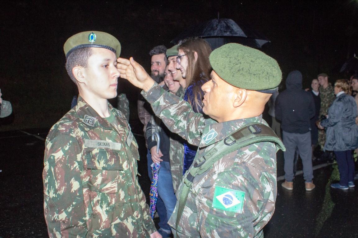 Atiradores de Brusque recebem boina verde-oliva em solenidade da ... 88d847f9bc9