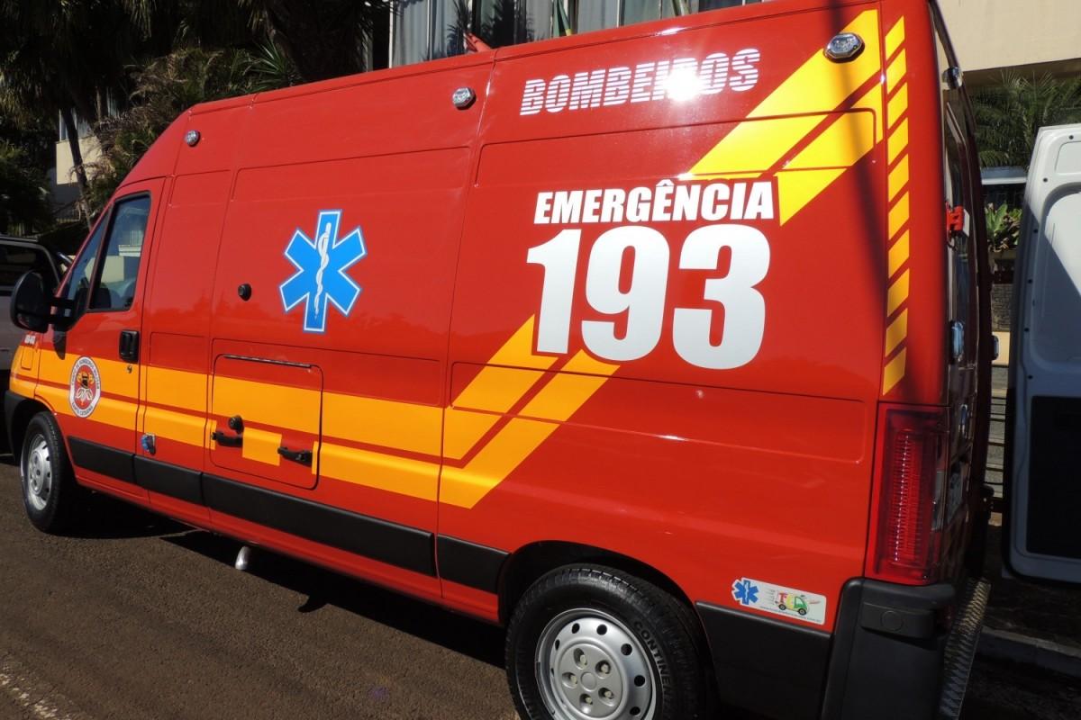Criança é conduzida ao pronto-socorro após acidente entre dois carros, no Centro - O Munícipio