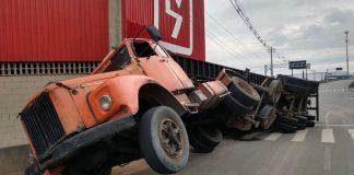 caminhão tomba na rodovia Antônio Heil