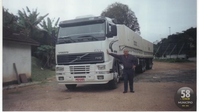 Vilson, que passa nove meses do ano viajando, com um dos caminhões usados ao longo dos 48 anos de boleia