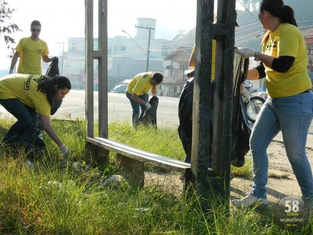 Alunos, gestores e professores da Uniasselvi/Assevim recolheram lixo jogado às margens da Antônio Heil