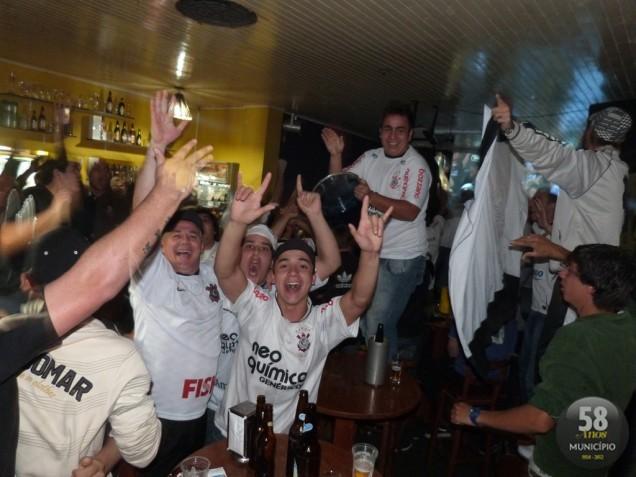 Dezenas de torcedores acompanharam o jogo e comemoraram o inédito título da Libertadores no Kaos Music Bar