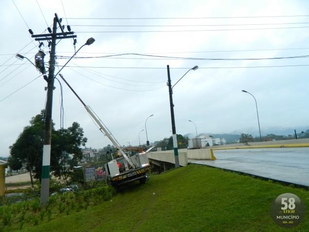 Fiação de telefone foi arrebentada por caminhão e causou problemas no abastecimento de energia