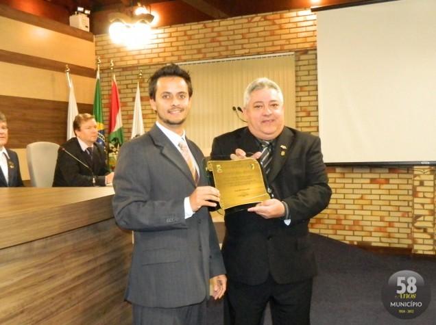 O vereador Roberto Pedro Prudêncio Neto (PSD) entregou para o presidente do Conselho Regional de Corretores de Imóveis de Santa Catarina, 11ª Região, Carlos Josué Beims, uma placa para formalizar o r