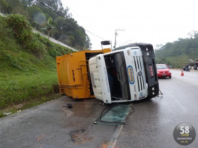 Caminhão tomba na rodovia Ivo Silveira
