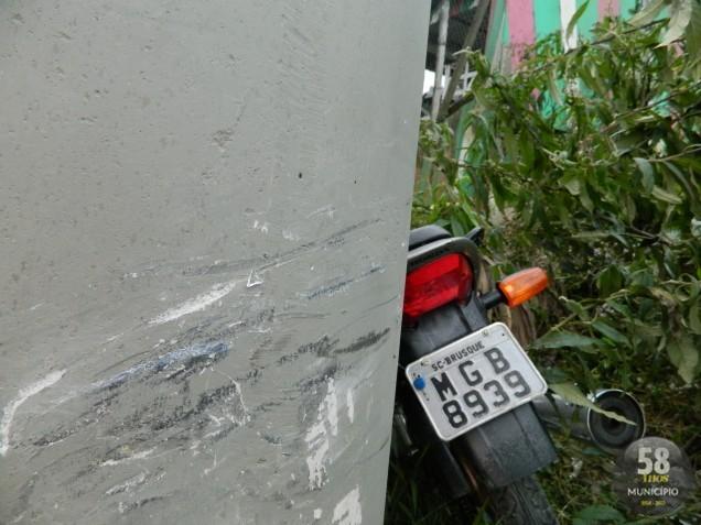 Após a colisão com o poste, ocupantes da moto foram encaminhados ao Hospital Azambuja com ferimentos leves