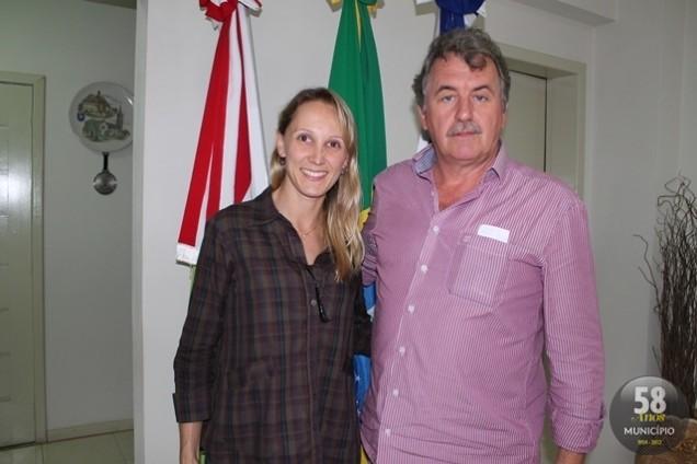 Ana Karina, recém-formada pela Academia de Polícia, e o prefeito, Orides Kormann
