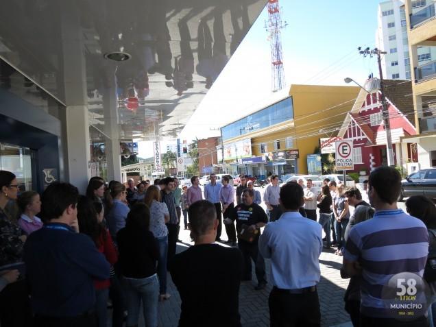 Representantes do Sindicato dos Empregados em Estabelecimentos Bancários de Brusque e Região realizaram nesta manhã duas assembleias com trabalhadores