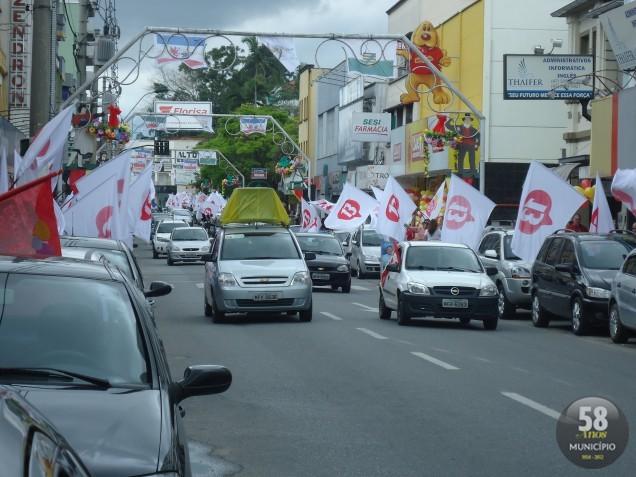 A avenida Cônsul Carlos Renaux ficou repleta de bandeiras na manhá deste sábado