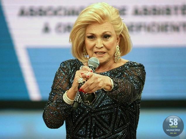 A apresentadora de TV Hebe Camargo morreu aos 83 anos, em casa, em São Paulo, vítima de uma parada cardíaca. Ela lutava contra o câncer no peritônio desde o início de 2010