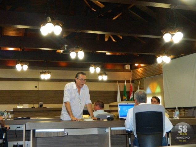 O presidente da Câmara, Celso Carlos Emydio da Silva (PSD), enquanto a reunião estava suspensa, conversou em particular com os vereadores Ademir e Dejair