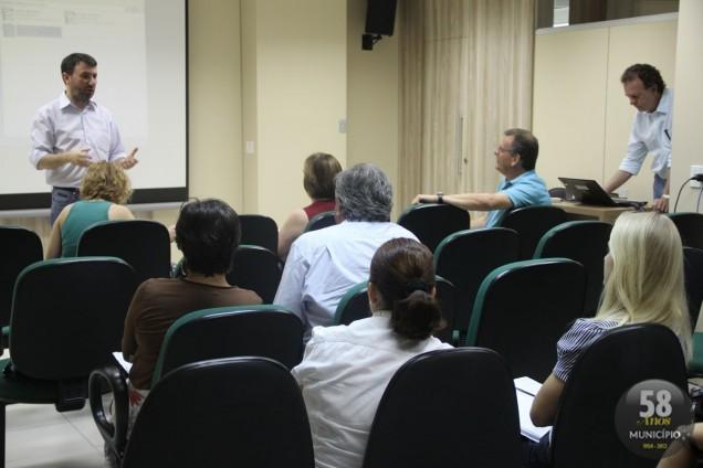 Os representantes dos municípios discutiram como tratar os resíduos sólidos de forma adequada em aterros, eliminando os lixões