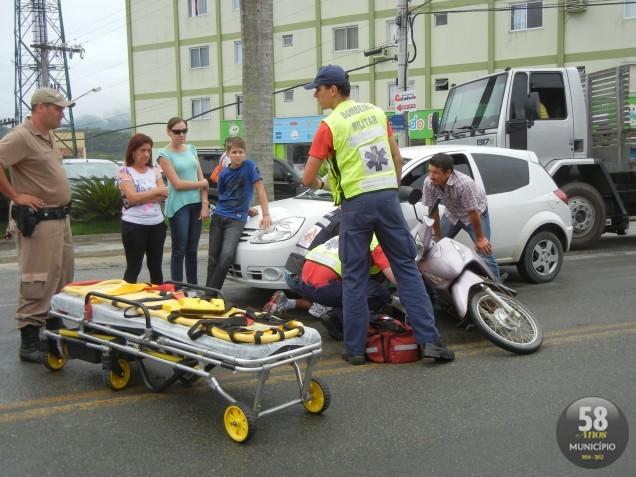 Angela Pollheim Hoffmann, de 38 anos, conduzia uma moto Honda/Biz, de cor rosa pela rodovia, quando colidiu em um Ford/Ka branco