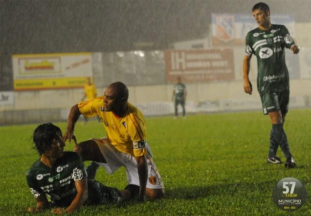 Time saiu na frente, mas não resistiu ao oportunismo de Rafael Costa