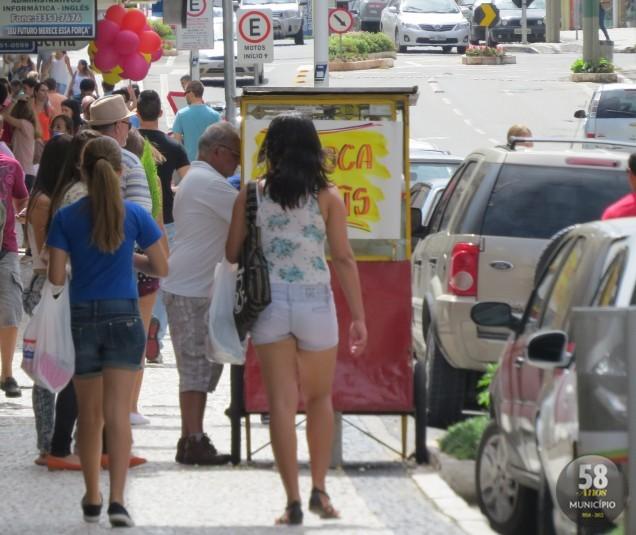 População saiu às compras para garantir os presentes de Páscoa neste sábado, 30