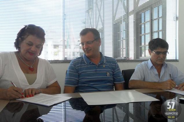 O prefeito Paulo Eccel, a secretária de Saúde, Cida Belli e o diretor do Hospital Evangélico, Carlos Kühn, assinaram na tarde de ontem, 6 de março, o convênio de filantropia, que destina 20da receita