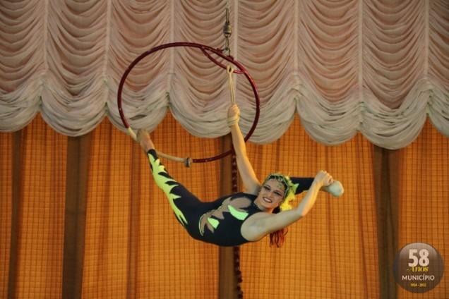 Débora Tavares faz acrobacias na lira