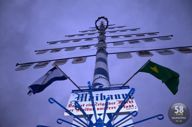 A 2ª MaiBaum tem 17 metros, pesa 800 quilos e foi erguida com a força de 50 homens