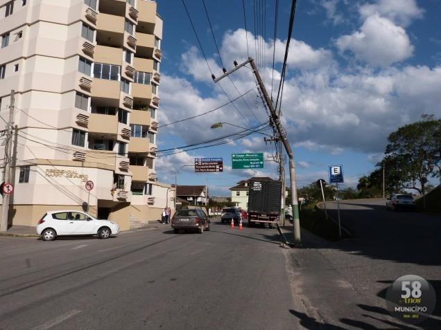 Caminhão bate em poste e deixa parte do Centro sem luz