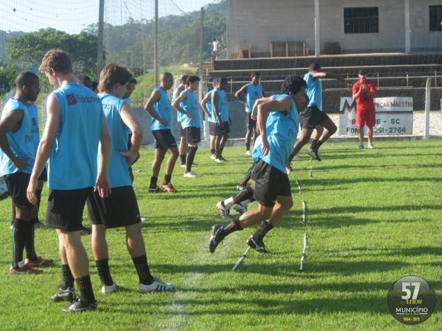 Jogadores treinaram no campo do Olaria, em Guabiruba