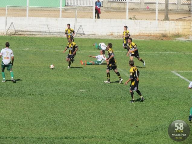 Abresc (camisa escura) folga na rodada. Angelina, (camisa clara), abre a rodada contra o Rio Branco, no estádio Vicente Bissoni
