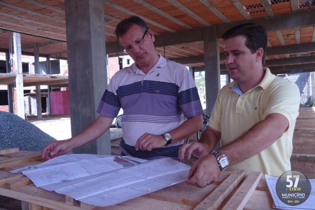 Prefeito Paulo Eccel conferiu o andamento das obras acompanhado pelo diretor do Departamento Geral de Infraestrutura, Laureci Serpa Júnior