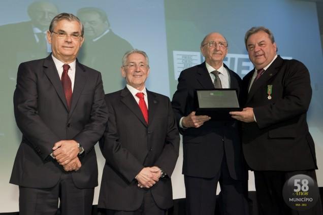 Orthmann recebeu uma placa das mãos de Ingo Fischer, presidente do Centro Empresarial, Social e Cultural de Brusque
