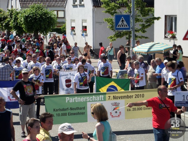 Comitiva brasileira no desfile comemorativo realizado no domingo, 16 de junho