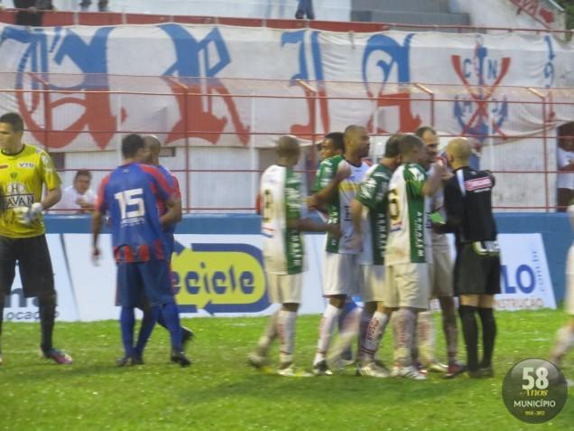 Jogadores do Brusque FC reclamam a marcação do pênalti que resultou no empate do Marcílio Dias