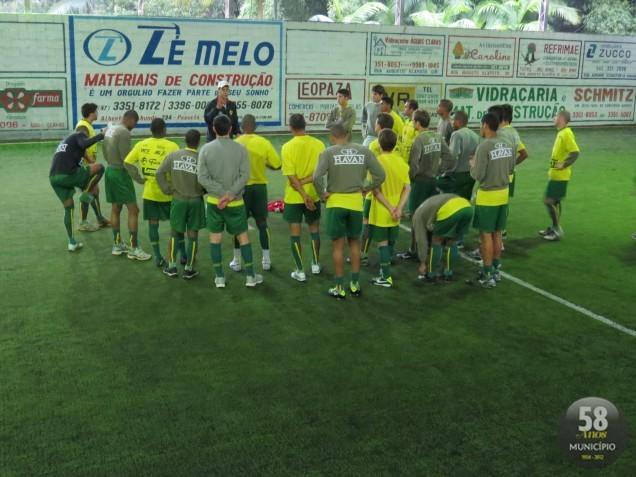 Jogadores do Brusque treinam para o confronto no domingo