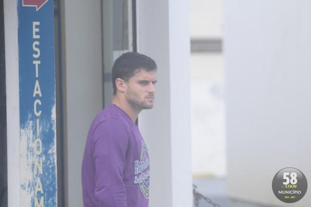 O repórter fotográfico David T. Silva flagrou Saraiva na tarde deste domingo, caminhando pelo Centro de Brusque, enquanto seus companheiros de equipe se preparavam para a partida decisiva, às 16 hora