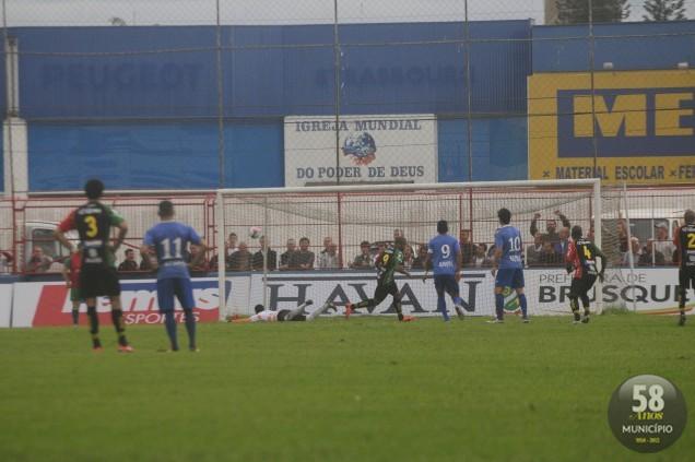 Eydison marcou de pênalti o primeiro gol do Bruscão