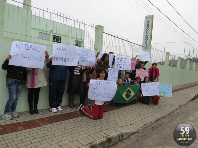 Manifestantes exibiram cartazes em frente à escola