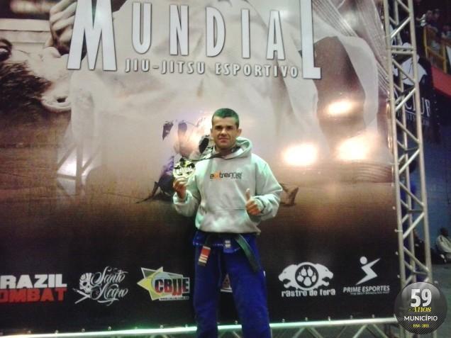 O professor Valter Gomes conquistou a medalha de ouro na categoria Faixa Preta Sênior Pena