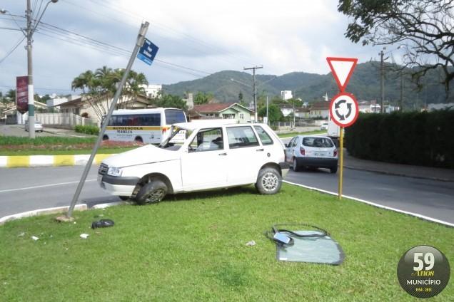 Caminhão não teria parado na rótula e atingiu o Fiat Uno