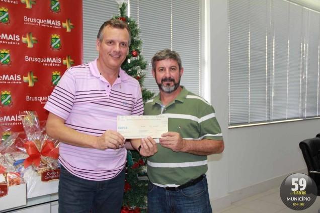 Guilherme Marchewsky entregou cheque ao prefeito Paulo Eccel e sugeriu destino aos recursos