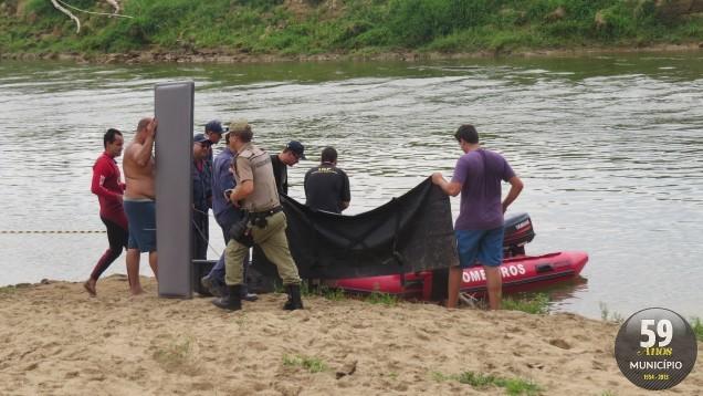 O corpo de Kaueli é transportado para a margem do rio