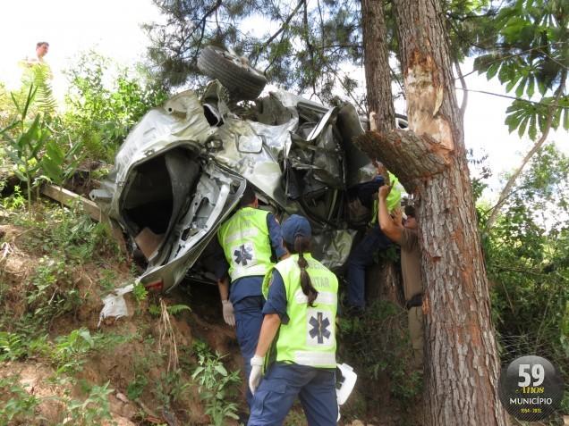 Jovens se perdem em uma curva, colidem em árvore e morrem em acidente de carro