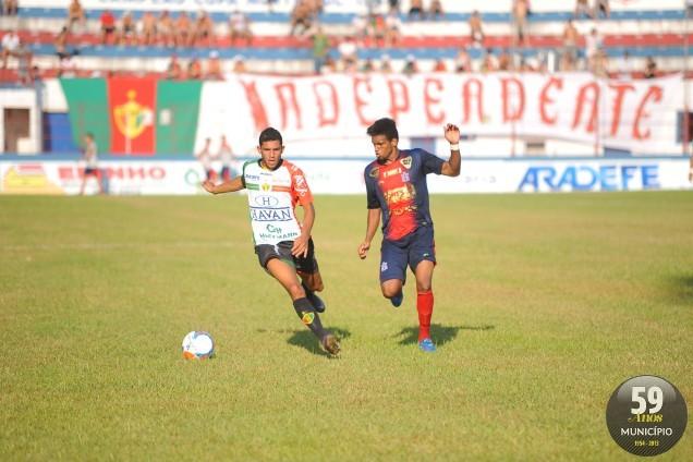 Lateral-direito João Neto não fez uma boa partida e foi o principal alvo da ira da torcida. Jogador acabou substituido por Iury na segunda etapa