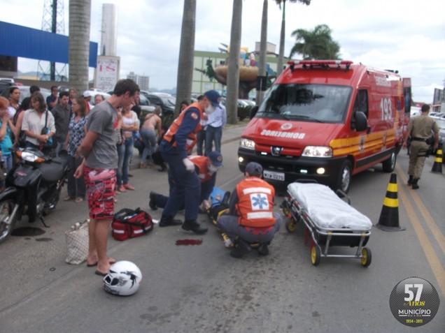 O Corpo de Bombeiros atendeu a vítima e encaminhou ao Hospital Azambuja, onde ela permanece na UTI