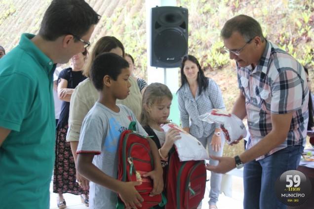 Na ocasião também foi realizada a entrega simbólica dos materiais escolares e dos uniformes
