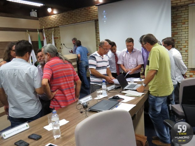 Vereadores interromperam a sessão para deliberar sobre os documentos apresentados