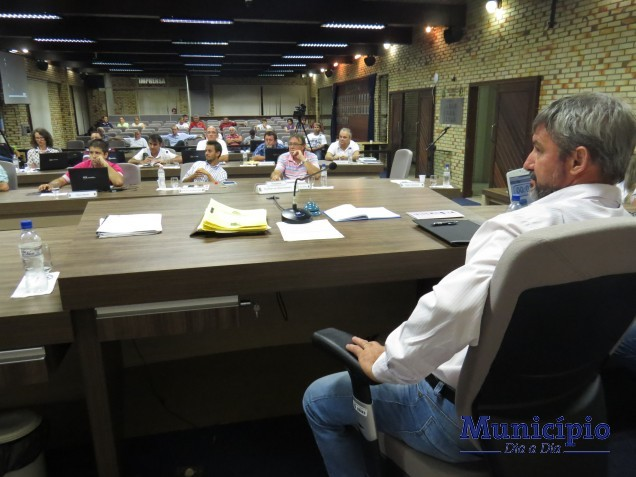 Sessão ocorreu no mesmo horário da audiência pública; vereadores estavam com um olho na pauta; outro na reunião que ocorria no Centro Empresarial