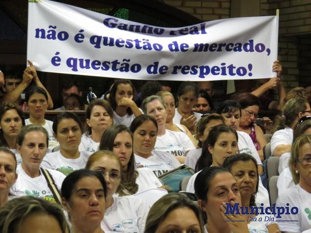 Servidores, munidos de cartazes, se manifestaram no plenário da Câmara