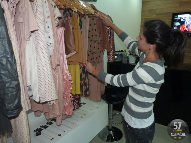 Larissa em sua loja, no Centro de Brusque
