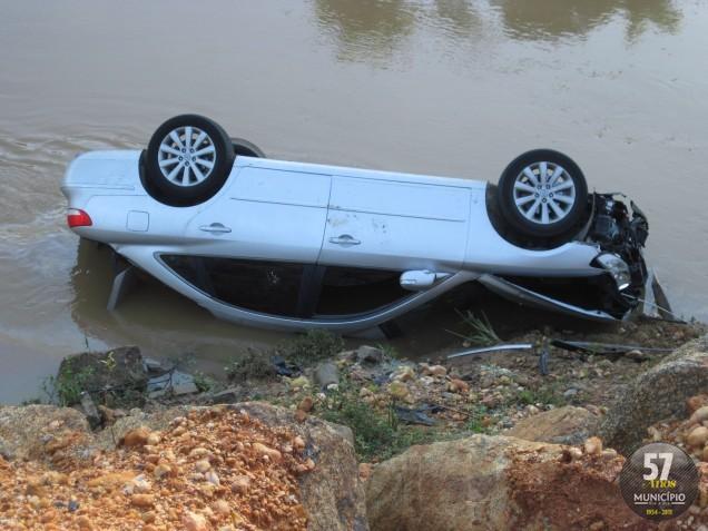 Carro caiu no rio Itajaí-Mirim na madrugada deste sábado, 26 de maio